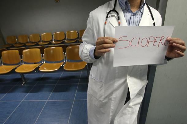 Un medico durante uno sciopero in una foto d'archivio.  ANSA / FRANCO SILVI