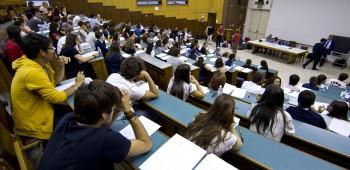 Studenti nell'aula dove si terrà il test di ammissione per Medicina all'università di Roma La Sapienza il 4 settembre 2012 a Roma ANSA/MASSIMO PERCOSSI
